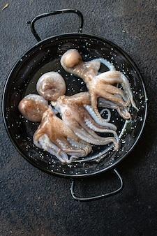 Rohe frische meeresfrüchte des tintenfischbabys auf dem tisch