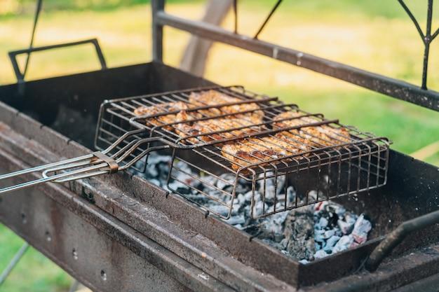 Rohe gegrillte fleischstücke auf dem grill werden auf dem holzkohlegrill gegart, grillen im freien zubereitet