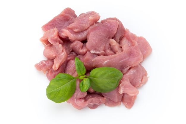 Rohe gehackte rindfleischfleischstücke lokalisierten om weißen hintergrund