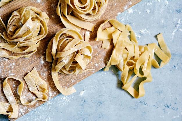 Rohe gelbe hausgemachte italienische pasta pappardelle, fettuccine oder tagliatelle