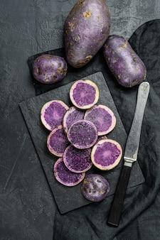 Rohe geschnittene purpurrote kartoffeln. ansicht von oben