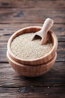 Rohe gesunde quinoa auf dem holztisch