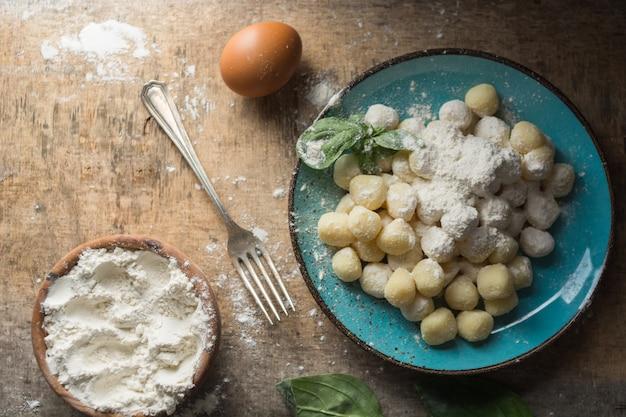 Rohe gnocchi, typisch italienisch, hergestellt aus kartoffeln, mehl und eierspeisen.