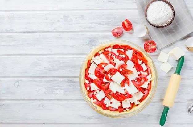 Rohe griechische torte mit feta und tomaten zum backen