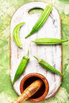 Rohe grüne bio-okra