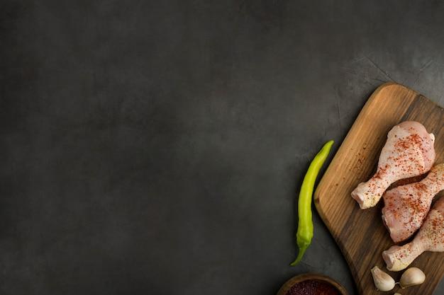 Rohe hähnchenschenkel mit knoblauch und grünem chili