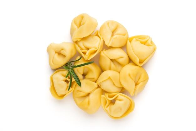 Rohe hausgemachte pasta mit kräutern