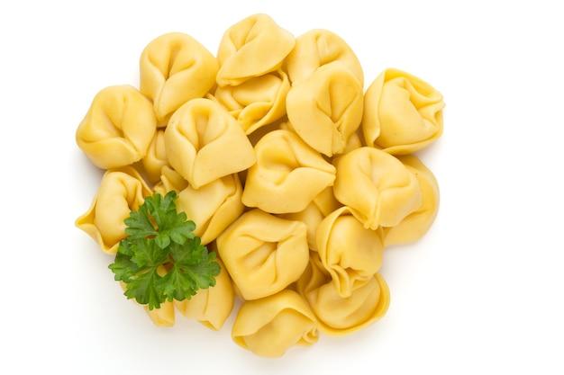 Rohe hausgemachte pasta, tortellini mit kräutern.