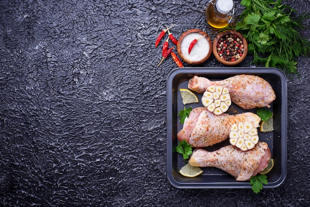 Rohe hühnerbeine mit den gewürzen bereit zum kochen