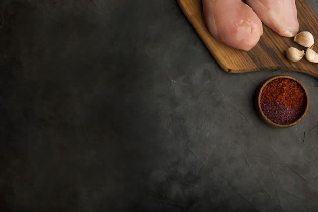 Rohe hühnerbrust mit knoblauch und gewürzen