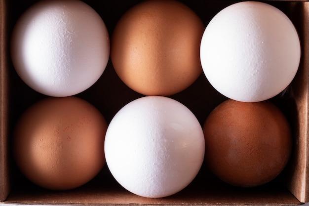 Rohe hühnereier bio-lebensmittel in papierbox, proteinreich für die gesundheit