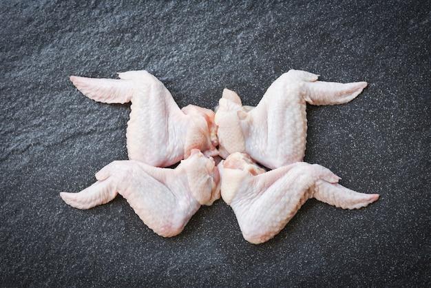 Rohe hühnerflügel auf draufsicht des schwarzblechs
