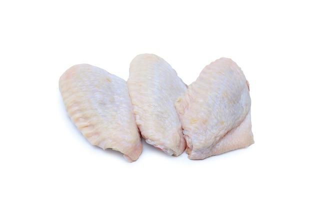 Rohe hühnerflügel isoliert auf weißem hintergrund mit beschneidungspfad