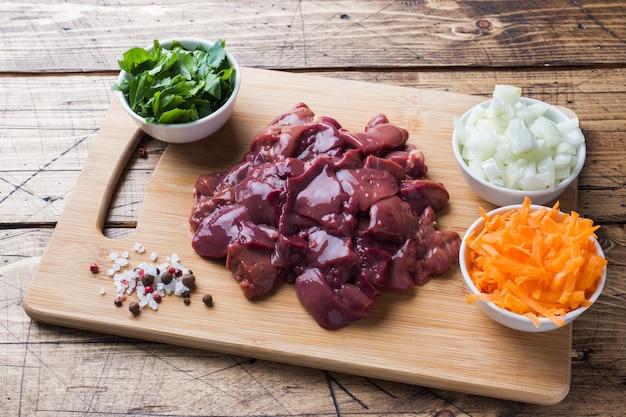 Rohe hühnerleber zum kochen mit gemüse.