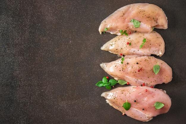 Rohe hühnerleiste auf rostigem hintergrund. fleischzutaten zum kochen. draufsicht