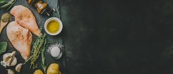 Rohe Hühnerbrust auf dunklem Hintergrund