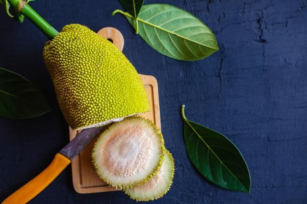 Rohe jackfrucht in scheiben geschnitten auf einem hackklotz