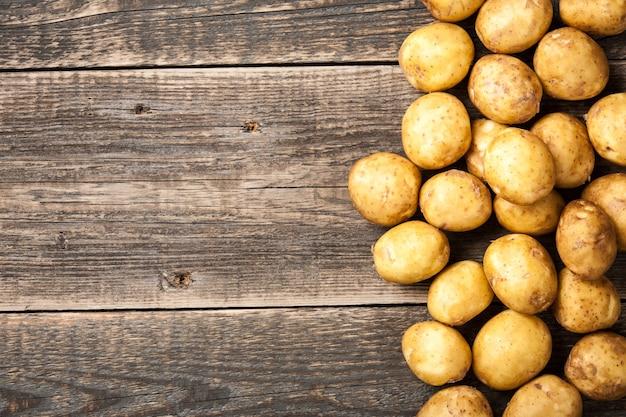 Rohe kartoffel auf holztisch