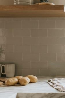 Rohe kartoffeln auf einer küchenarbeitsplatte aus marmor