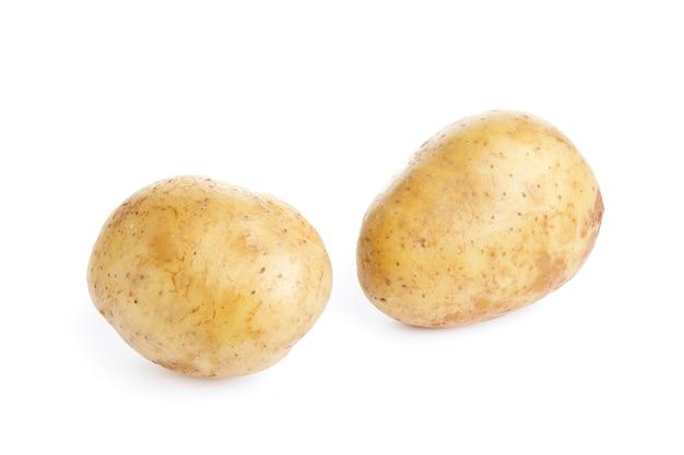 Rohe kartoffeln lokalisiert auf weißem hintergrund. hochwertiges foto