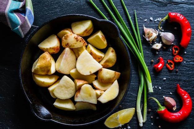 Rohe kartoffelscheiben mit kräutern, gewürzen