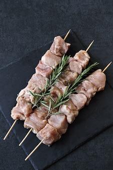 Rohe kebabs mit gewürzen. kebabs kochen. keto-diät.