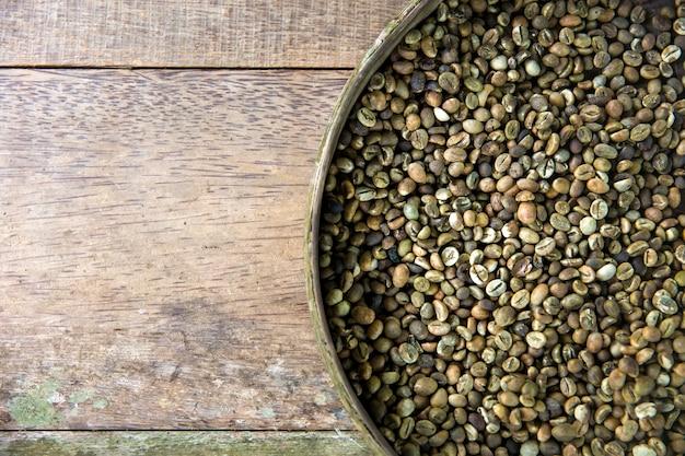 Rohe kopi luwak-kaffeebohnen auf kaffeebauernhof