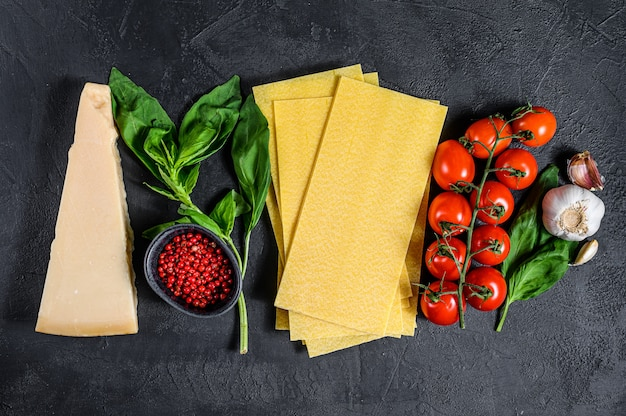 Rohe lasagneblätter. zutaten basilikum, kirschtomaten, parmesan, knoblauch, pfeffer