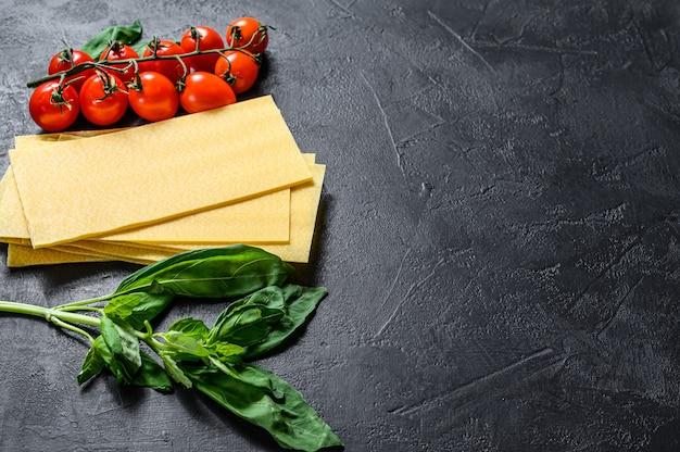 Rohe lasagneblätter. zutaten basilikum, kirschtomaten
