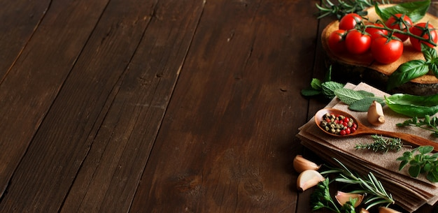Rohe lasagnennudeln, gemüse und kräuter auf einem holztisch