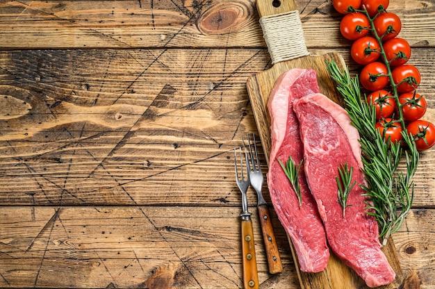 Rohe lendenstückkappe oder picanha-steak auf einem schneidebrett