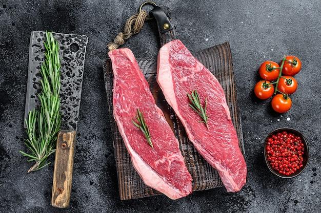 Rohe lendenstückkappe oder picanha-steak. schwarzer hintergrund. draufsicht.