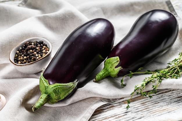 Rohe lila aubergine. organisches gemüse. weißer hintergrund. draufsicht