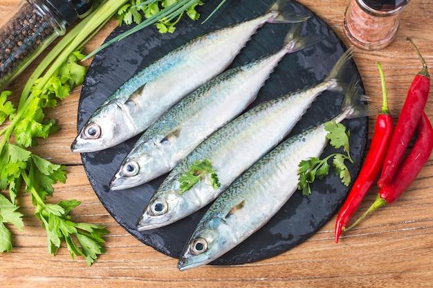 Rohe makrele mit und gewürzen
