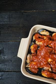 Rohe miesmuscheln mit tomatenmark, kochend.