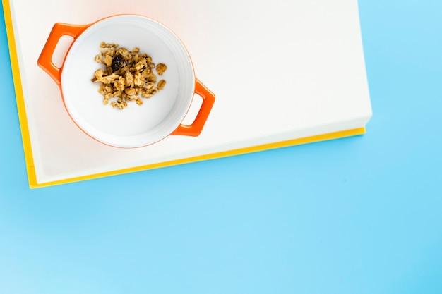 Rohe nüsse in der kasserolle mit kopienraum