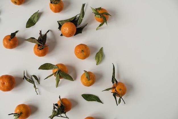 Rohe orangen, mandarinen mit blattmuster