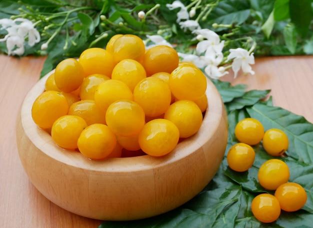 Rohe organische gelbe tomaten