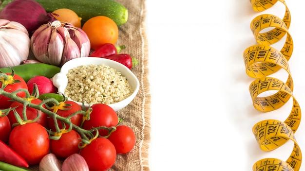 Rohe organische hanfsamen und rohes gemüse lokalisiert auf weißer nahaufnahme
