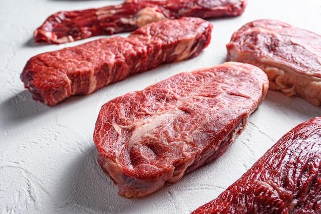 Rohe organische top-klinge vor machete denver schneidet marmor-rindfleisch aus der nähe neuen selektiven weitwinkel-fokus.