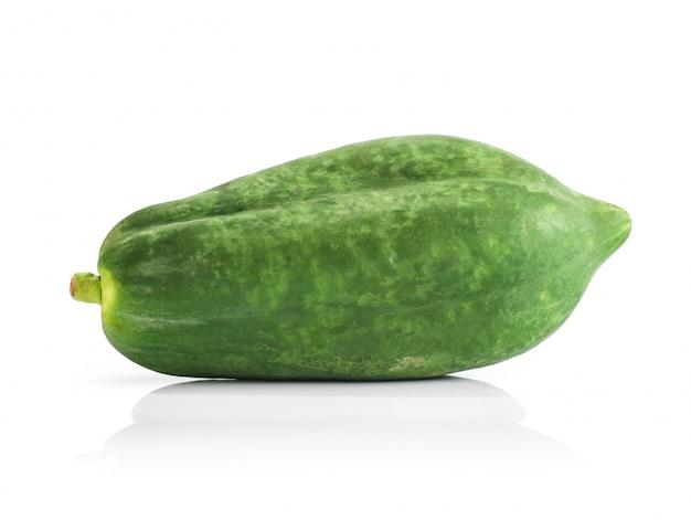 Rohe papaya lokalisiert auf weißem hintergrund
