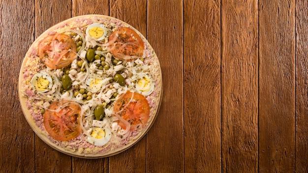 Rohe pizza portugiesisch auf hölzernem hintergrund