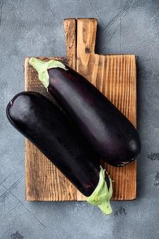 Rohe reife auberginen von der gartenfarm auf grauem stein
