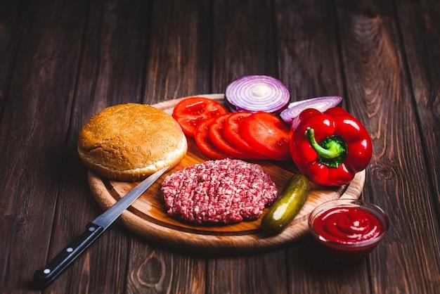 Rohe rinderhackfleischfleisch burger-steakkoteletts mit gewürz, käse