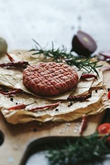 Rohe rindfleisch-hamburger-pastetchen mit kräutern und gewürzen