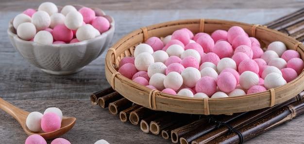 Rohe rote und weiße tangyuan-klebreisknödelbällchen. wintersonnenwende festival essen.
