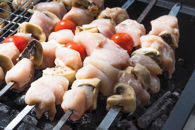Rohe schaschliks, die auf grill gekocht werden