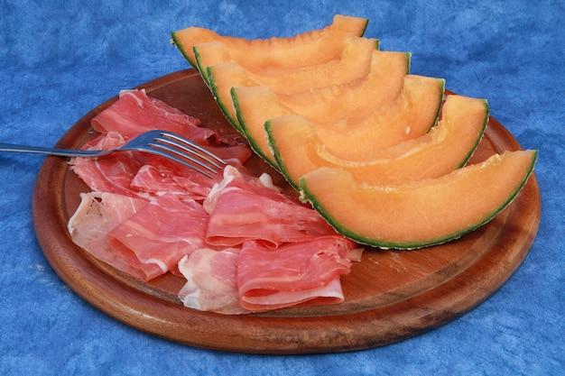 Rohe schinken- und melonenscheiben