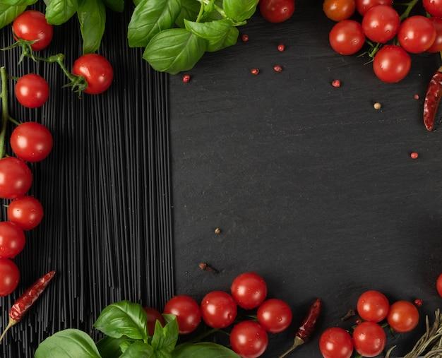 Rohe schwarze hausgemachte spaghetti auf dunklem hintergrund. trockene schwarze nudelstruktur