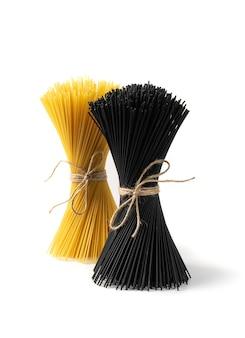 Rohe schwarze spaghetti-nudelbündel